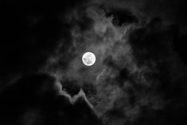 Full_moon_in_the_clouds